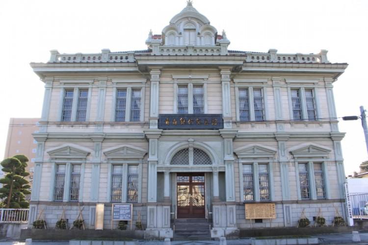 青森銀行記念館にプロジェクションマッピングが投影される