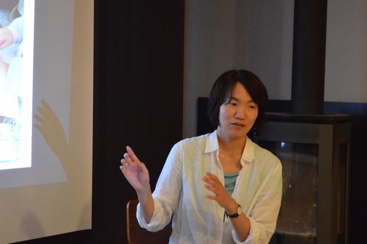 自身の生い立ちを語る斎藤美佳子さん