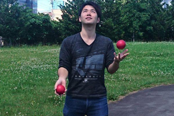 弘前の若手大道芸人、アット ショーもジャグリング教室も