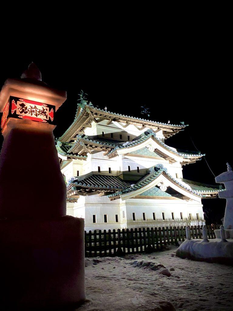 雪燈篭と弘前城天守