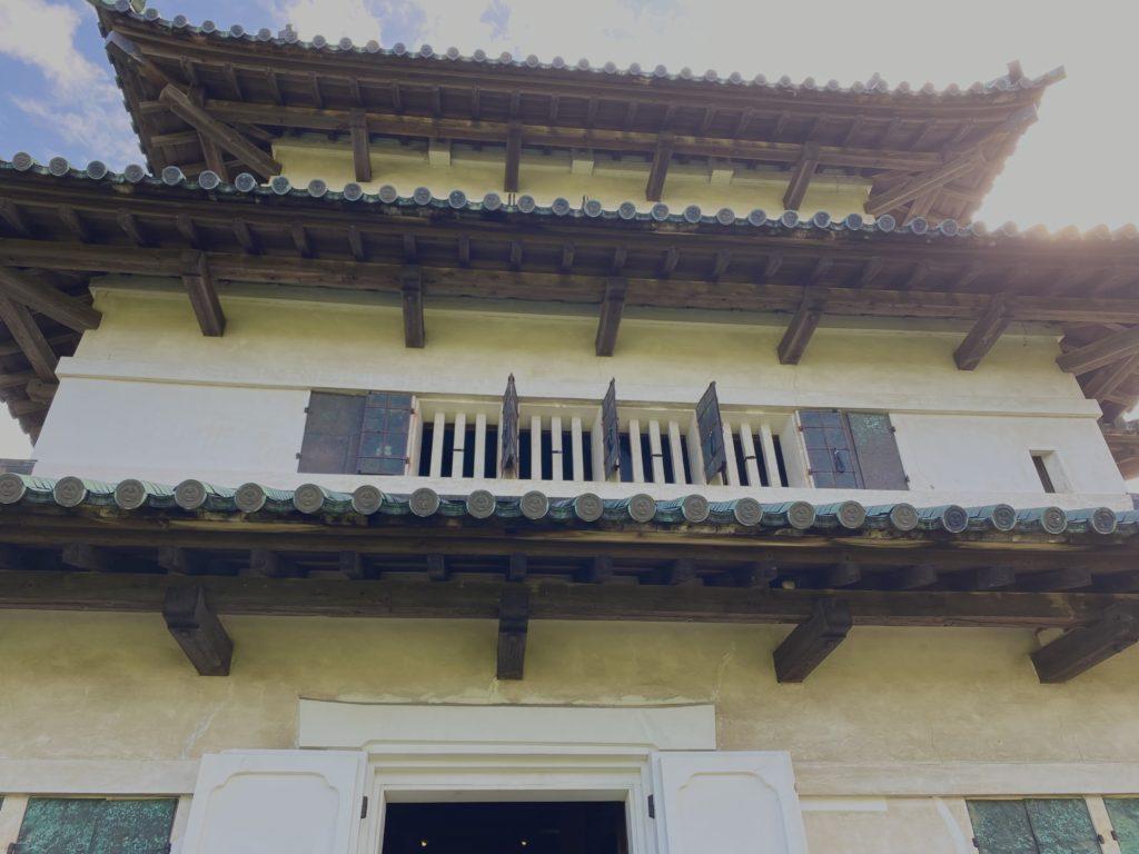 弘前城天守を城内側から撮影した写真